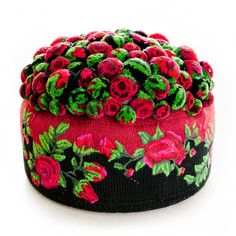 Interior decotration, interior art and design objects: soft sculptures made out of pompons. Extraordinary Pompon-fashion accessories: bags and charms. Ribbon Rosettes, Ribbon Flower, Pom Pom Rug, Pom Pom Crafts, Brocade Fabric, Soft Sculpture, Crochet Motif, Kitsch, Wool Felt