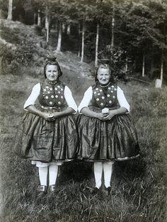 Zwei Frauen in Schwälmer Tracht, um 1938