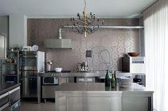 Como é a cozinha do chef número um do mundo? Um palazzo erguido em 1957 repleto de design e arte - mas também com muito aconchego e conforto! Confira o lar clicando na foto!