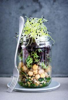 Denne mættende salat er lavet på en bund af bulgur, der er en yndet spise i særligt de mellemøstlige køkkener, hvor den serveres som tilbehør til både kød og salater. I denne udgave er bulguren blandet op med finthakket rødløg, pinjekerner og hakket persille og efterfølgende vendt i en frisk vinaigrette, der er med til at give bulguren godt med krop og smag. Salaten kan spises som tilbehør til lam og fisk, men den er også perfekt som frokost i en JAR. Vend JAR'en en gang på hovedet, inden du… Salad Recipes, Vegan Recipes, Lunches And Dinners, Food Presentation, Food For Thought, Food Inspiration, Creme, Yummy Food, Healthy Food
