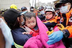 Rescatan a bebé abrazada a su padre muerto en terremoto de Taiwán