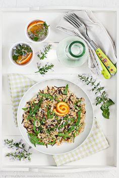 Insalata vegan di quinoa, miglio e riso selvaggio all'arancia
