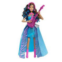 Barbie - Erika Estrella Pop en Campamento de Princesas, una muñeca de Erika, con sus cascos y su guitarra, que se convierte de estrella del pop en princesa, como en la película Barbie: El Campamento de Princesas. Solamente hay que presionar su brazo para que mueva su guitarra y para que su vestido de estrella de rock se transforme en un vestido de princesa, mientras canta una canción de la película al apretar la joya de su collar.