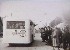 Svenske Røde Kors busser transporterer politibetjente fra Frøslevlejren til København d. 3. maj 1945 under Bernadotte-aktionen Tidsperiode og årstal Datering: 3. Maj 1945 - See more at: http://samlinger.natmus.dk/FHM/23010#sthash.Qg9mmU4j.dpuf