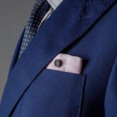 Pochette Uomo Eyelet Milano, Ebony Limited Edition. Asola di filato italiano di cotone colorato di qualità. Bottone di ebano lavorato a mano. Il tessuto della pochette è un lino di alta gamma. #eyeletmilano #madeinitaly #pocketsquares
