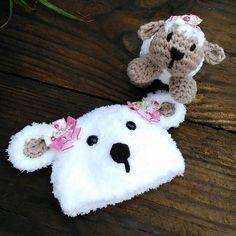 Kit confeccionado em crochê em fio importado super macio  Cor branco/bege  Detalhes lacinhos não fixos podendo usar menino e menina  Tamanho RN  Para outros tamanhos consulte
