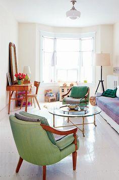 Wunderschönes, helles Wohnzimmer mit Glastisch und Sessel. Noch mehr Inspiration für deine Deko zu Hause auf http://www.gofeminin.de/wohnen/wohnideen-d58830.html