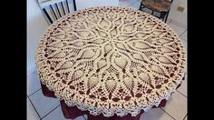 En este video te enseño paso a paso como tejer a crochet este hermoso mantel redondo de piñas que también nos puede servir como un centro de mesa. Son 48 fil...