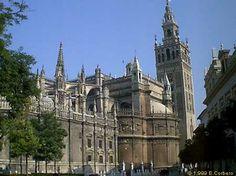 """Catedral de Sevilla, España  la Sacristía Mayor contiene obras de Goya y las llaves presentadas a Fernando III a la rendición de la ciudad por parte de los moros y los judíos en 1248.  El minarete """"Giralda"""" de la antigua mezquita fue convertido en campanario y hoy es símbolo de la ciudad."""