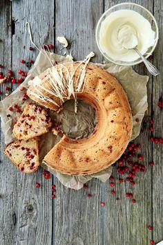 Lukijamme Riitan sekoittamalla valmistettava valkosuklaa-puolukkakakku on uskomattoman helppo ja hyvä! Supermehevä puolukkainen kahvikakku saa lempeän makunsa kakun sisälle sulaneista valkosuklaasattumista. Sweet Desserts, No Bake Desserts, Sweet Recipes, Dessert Recipes, Pastry Board, Decadent Cakes, Food Fantasy, Baking And Pastry, Food Humor