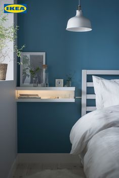 Her er et andet let DIY sidebord og mit første IKEA-hack. Mosslanda Picture Ledge, Ikea Picture Ledge, Picture Ledge Bedroom, Picture Table, Ikea Storage Furniture, Furniture Makeover, Furniture Stores, Furniture Projects, Diy Furniture