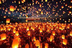 Em novembro, a Tailândia é casa do Festival das Lanternas, um dos eventos mais lindos do mundo.   A foto é do Yi Peng, em Chiang Mai, mas ele acontece em diversos lugares do país, como forma de homenagear Buda e trazer boa sorte e realizar desejos. #LocalCulture