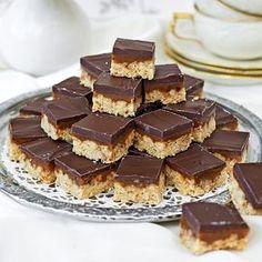 Äggfritt - Mumsiga godisbitar i tre skikt med ett rejält lager choklad överst. Cocoa Recipes, Raw Food Recipes, Caramel, Pause Café, Swedish Recipes, Bread Cake, Bagan, Biscuits, No Bake Cookies
