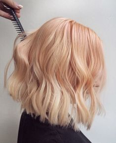 Hit that 🧡 button if you think this yummy-looking hair gives you some nice summer vibes! ☀️ This fruity 🍑 creation was done by Peach Hair Colors, Coral Hair, Hair Colour, Lob Haircut, Lob Hairstyle, Short Hairstyles For Women, Cool Hairstyles, Copper Blonde Hair, Medium Hair Styles