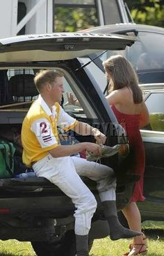 Kate Middleton & Prince William In June 2006, 24 year old Kate attended a Chakravarty polo match in Richmond accompanied by her sister Pippa.