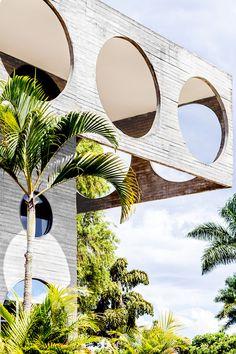 Brasilia, bienvenue à l'ambassade / À Brasília, les ambassades sont des chefs-d'œuvre architecturaux des années 1970, qui recèlent le meilleur de la création de l'époque. AD ouvre les portes de cet univers très protégé.
