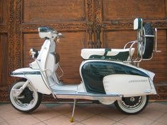 Beautiful green and white Lambretta Scooter Bike, Lambretta Scooter, Vespa Scooters, Bicycle, Classic Vespa, Best Classic Cars, Motor Scooters, Mini Bike, Sidecar