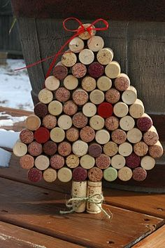 father-in law would love this wine cork tree decoration! Wine Cork Wreath, Wine Cork Ornaments, Wine Cork Art, Wine Corks, Wine Craft, Wine Cork Crafts, Wine Bottle Crafts, Christmas Wine, Diy Christmas Gifts