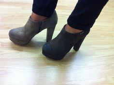 Sapatos abotinados em nobuck cinzento ou castanho, com fecho lateral (ref 6325) - 55.70Euros