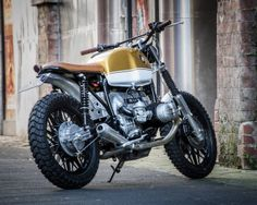 Una BMW R80 del 1983 trasformata in urban scrambler dall'officina inglese Down and Out Cafe Racers