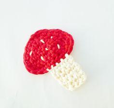 Free pattern of a crochet mushroom applique.