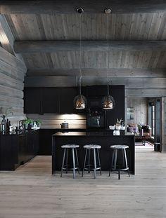 Log Home Kitchens, Black Kitchens, Modern Cabin Interior, Kitchen Interior, Küchen Design, House Design, Interior Design Images, Fish House, Log Cabin Homes