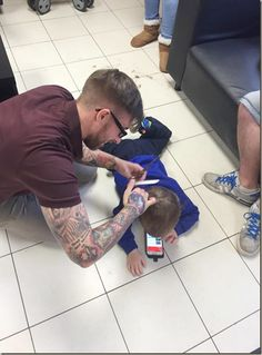 """O barbeiro James Williams, do País de Gales, postou em sua pagina no facebook a tática que utilizou para poder cortar o cabelo do pequeno Mason, que foi diagnosticado a pouco tempo com autismo. """"Nos últimos meses tentei encontrar diferentes maneiras de como cortar o cabelo do Mason"""", mas todas sem sucesso escreveu ele em seu perfil do Facebook. """"Mas ele não me deixaria chegar perto de uma de suas orelhas. Ele fugiria assim que eu me aproximasse.""""  fanpage https://www.facebook.com/westinmorg/"""