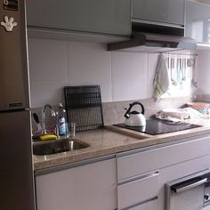 Bom dia com foto da cozinha arrumada!! Hubby deixou tudo limpo e organizado! Aqui em casa a gente divide as tarefas e não tem essa de marido que ajuda, a casa é dos dois e a responsabilidade Tb! #cozinhalimpa #amomeuhubby