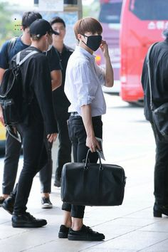 Y/n and Jungkook are both Kpop idols. Jungkook is in a group called BTS and Y/n is in a group called Dangerous Divas. Jungkook Abs, Bts Bangtan Boy, Taehyung, Bts Airport, Airport Style, Airport Fashion, Airport Outfits, Bts France, Hip Hop