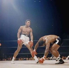 Muhammad Ali v Floyd Patterson Muhammad Ali, Sports Illustrated, Ufc, Bon Sport, Boxe Mma, Floyd Patterson, Combat Boxe, Float Like A Butterfly, Sport Icon