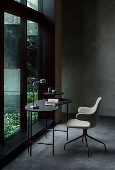 Using your home corner won't only save your house space but also much simpler to earn a minimalist interior design for your home office. Workspace Design, Home Office Design, Palette Table, Sweet Home, Interior Minimalista, Tadelakt, Alexander Calder, Black Desk, Interiores Design