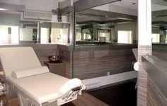 Hotel Four Point Sheraton. Miroir agrandissant l'espace et papier peint rappelant le bois Construction, Four, Architecture, Decoration, Point, Commercial, Bathtub, Bespoke Furniture, Mirror