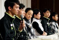 グランプリファイナル開幕を前に、記者会見する浅田真央(中央)ら日本選手たち=飯塚晋一撮影