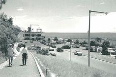 Em primeiro plano, a rampa que descia da Avenida dos Duques de Connaugfht para a Praia da Polana. Ao fundo, o Pavilhão de Chá da Polana. O Clube Naval fica à direita da fotografia.