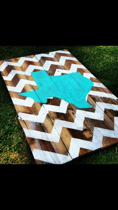 Would be a cute project for the home states of spouses to hang somewhere in the house. Maybe putting some type of symbol where the hometown is located in the state? Crafts To Do, Wood Crafts, Arts And Crafts, Diy Crafts, Cute Crafts, Diy Wood, Crafty Craft, Crafting, Cornhole Boards