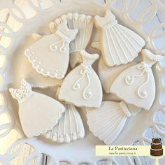Biscotti-segnaposto a forma di abito da sposa