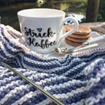 💙 Wochenende! 💙 Strick-Kaffee mit Schokokeksen #digestivechoc von @schaerglutenfree und dem angenehm kühlen #cataniayarn von @schachenmayr 💙 Kommt gut rein ins Wochenende und lassen es Euch gut gehen! 💙 #itsfriday #wochenende #strickkaffee #stricken #strickenistyoga #strickenistschön #dreieckstuchstricken #glutenfrei #glutenfree #schaerglutenfree #addinadeln #addifriends #eddinglettering #tassenlettering @addi_by_selter @edding_de #DAHOAM #bayern