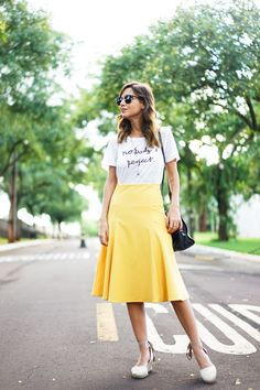 Luisa Accorsi, street style em look com saia mídi amarela, camiseta e espadrille. Modest Outfits, Skirt Outfits, Modest Fashion, Skirt Fashion, Fashion Outfits, Rock Outfits, Cute Skirts, A Line Skirts, Midi Skirts