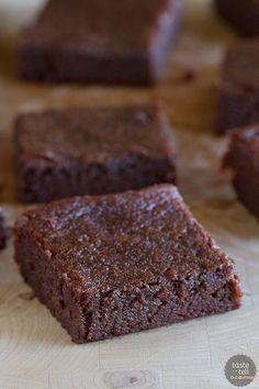 Raw Vegan Sugar-Crusted Chocolate Tart: The easiest raw vegan chocolate dessert you will ever make. Coconut Flour Brownies, Coconut Flour Recipes, Raw Food Recipes, Dessert Recipes, Syrup Recipes, Baking Recipes, Bar Recipes, Baking Tips, Coconut Milk