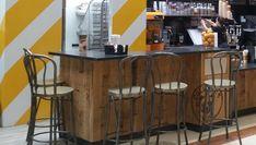 Remodelación de la cafetería Columbus con mobiliario y expositores a medida. Se combinaron diferentes maderas unas más naturales y otras con apariencia envejecida, junto con lacados en negro, cristal y metal para la realización de los diferentes elementos del mobiliario, expositores y mostrador. Pub Design, British Pub, Natural Wood, Table, Furniture, Home Decor, Display Stands, Counter, Custom Furniture