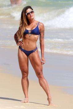 f0dda59e394c Solteira, Aline Riscado aproveita praia com amiga e mostra corpão