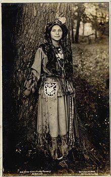 "Ah-Weh-Eyu, che in lingua Seneca significa ""bel fiore"". Foto scattata nel 1908. (Nativa Americana)"