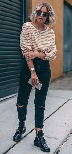Como usar listras com estilo. Blusa de manga listrada amarelo e branco, calça skinny preta com rasgo no joelho, coturno preto