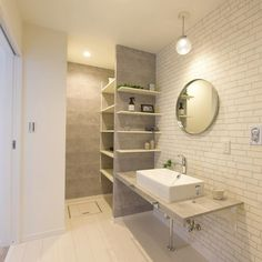 """アーバンプランニング on Instagram: """"大きめの洗面ボウルに洗面台もゆとりをもたせた造作洗面😊 収納スペースも奥にしっかり確保し、タオルや掃除用品も見えないように配慮されています♪ ・ フロアやレンガ風クロスはホワイト系ですっきりとした印象でありながら、グレーでアクセントをつけています✨🌈 ・ ・…"""" Double Vanity, Bathroom Lighting, Bathtub, Mirror, Interior, House, Furniture, Home Decor, Instagram"""