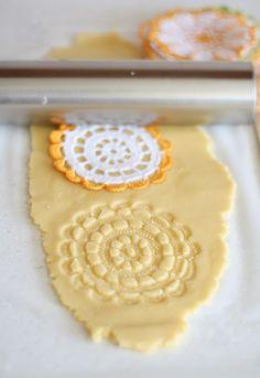 Lo prometido es deuda. Aquí están las recetas de galletas de mantequilla y la versión chocolatada. ¡Manos a la masa!        Fuente: http://w...