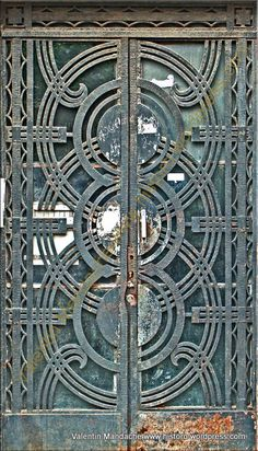 Mid-1930s Art Deco style doorway, Mosilor area, Bucharest. (©Valentin Mandache)