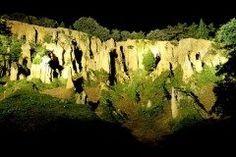 徳島県阿波市にある阿波の土柱  切り立った断崖の長年の浸食により現れた阿波の土柱は国の天然記念物にもなっている奇勝地です 最も規模の大きな波濤嶽橘嶽筳嶽不老嶽灯篭嶽の五嶽ありヨーロッパのチロル地方やアメリカのロッキー山脈の土柱と並び世界三大土柱の一つとされています  4月から9月は夜間ライトアップされ昼間とは違った幻想的な光景を見ることができますよ  tags[徳島県]