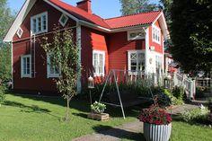 k o t i p o r s t u a: Mummolan puutarha Koti, Cabin, House Styles, Plants, Home Decor, Decoration Home, Room Decor, Cottage, Planters