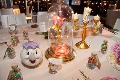 La table des mariés a été décorée aux couleurs de la Belle et la Bête