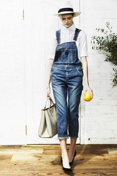 shirt ¥23,500 overalls ¥26,000 hat ¥15,000 bag ¥150,000 pumps ¥85,000